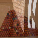 reflet d'un dessin de Christo sur mur en briques