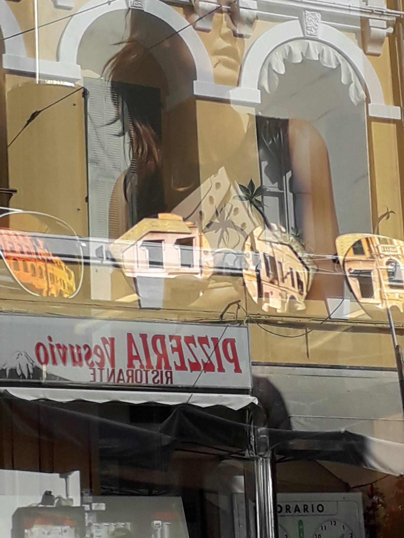 reflets d'affiches de maisons dans une vitrine
